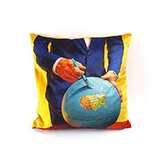 Seletti Wears Toiletpaper クッション Globeの商品画像